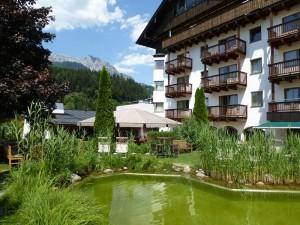 Wunderbar erfrischend: Der Schwimmteich im Hotel-Garten.