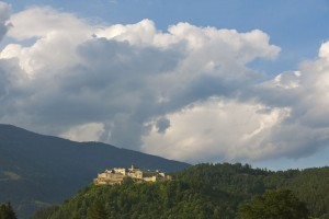Die Burg Landskron liegt hoch über Villach und dem Ossiacher See. – Foto: Burg Landskron
