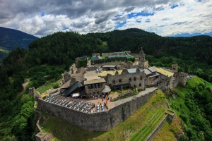 Von der Wehrhaftigkeit früherer Jahrhunderte ist noch jede Menge erhalten geblieben. – Foto: Burg Landskron