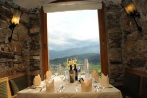 Vom Kronensaal aus hat der Gast einen herrlichen Ausblick auf die Landschaft. – Foto: Burg Landskron