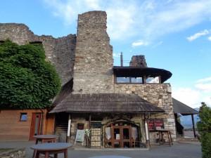 In mächtigen Mauern hervorragend zu speisen, dafür ist die Burg Landskron bekannt. – Foto: Dieter Warnick