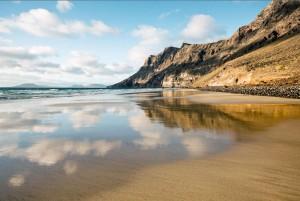 Das Famara-Gebirge mit dem gleichnamigen Strand zählt zu den Etappenzielen auf der Wanderroute GR 131 quer durch Lanzarote. - Foto: Turismo Lanzarote