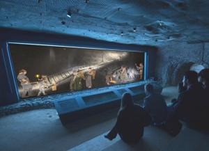 Das neue Bronzezeit-Kino wurde 400 Meter unter Tage rund um die älteste erhaltene Holztreppe Europas errichtet. - Foto: Visionas/NHM Wien