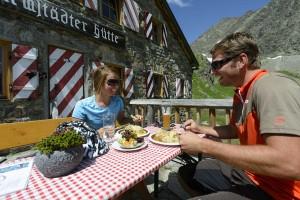 Hoch oben schmeckt´s am besten – die auf 2384 Metern gelegene Darmstädter Hütte ist ein beliebter Stützpunkt der Verwallrunde. - Foto: TVB St. Anton am Arlberg/Wolfgang Ehn