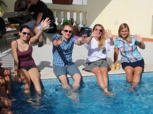 Willkommenparty am Pool der Maltalingua-Schule. Foto: Maltalingua