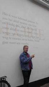 Der Fassaden-Künstler JeroenPaulussen erklärt eines seiner Kunstwerke.