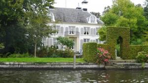 Vornehme Villen säumen die Ufer der Vechte in Muiden.