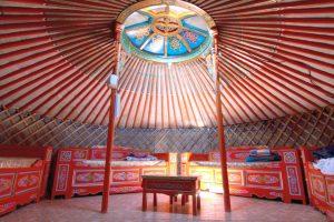 Eine mongolische Jurte bietet nicht nur viel Platz, sie ist dazu noch mit den lebhaften Mustern ihres Volkes bemalt.