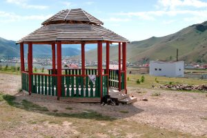 Ein bunter Pavilion bietet den perfekten Blick auf die Häuser von Gachuurt.
