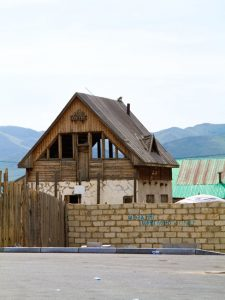 Ein einsames Haus in der Stadtperipherie.