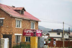 Coca Cola auf Mongolisch: ein leeres Geschäft in der Stadtperipherie von Ulan Bator.