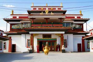 Nach dem Gebet versammeln sich buddhistische Mönche vor dem Pethub Kloster.