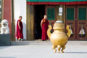 Junge Mönche warten vor dem Pethub Kloster.