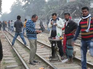 Dhaka: Grillen auf den Gleisen.