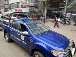 Polizeiauto mit geschützter Windschutscheibe.