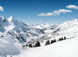Wie in eine Schüssel eingebettet liegt die Ortschaft Obertauern auf über 1700 Metern. – Foto: Tourismusverband Obertauern