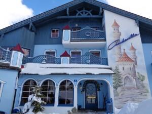 Eine der schönsten Fassaden im Ort hat das Sporthotel Cinderella. – Foto: Dieter Warnick