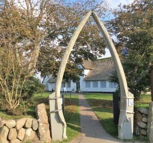 Der Weg zum Keitumer Museum führt durch zwei mächtige Walknochen. Einst, bevor der Tourismus auf Sylt Einzug hielt, fuhren viele Männer von März bis Oktober auf Walfang. Einige wurden damit reich, aber noch mehr starben dabei.