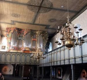 Die Keitumer Kirche St. Severin ist der älteste Sakralbau in Schleswig-Holstein und ihre 1999 installierte Orgel ist die größte in Nordfriesland. Die Messing-Leuchter wurden im 17. Jahrhundert von Kapitänen der Walfänger gestiftet. Auf dem Friedhof von St. Severin fanden bekannte Sylt-Enthusiasten wie der Bundesminister Gerhard Schröder, der Verleger Peter Suhrkamp, der Spiegel-Herausgeber Rudolf Augstein und der Feuilletonist Fritz J. Raddatz ihre letzte Ruhestätte.