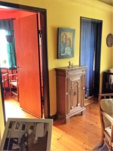 Nicht zugänglich sind in Seebüll die Privaträume Noldes; eine Scheibe hindert deren Besuch. Nur ein Blick ist möglich und der verrät, Noldes Wohnräume waren so farbig wie seine Malerei.