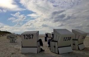 Bei fast jedem Wetter finden Promis wie Sylt-Besucher Entspannung und Erholung im Strandkorb.