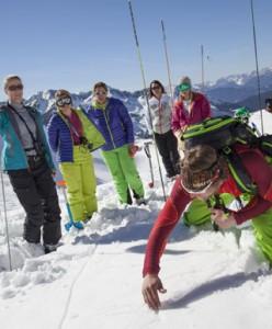 Sicher im Gelände: In Innsbruck lernen Skitourengeher bei kostenlosen Kursen, wie man sich auf eine Skitour vorbereitet, die richtigen Entscheidungen am Berg trifft und das Lawinenrisiko minimiert. - Foto: snowhow