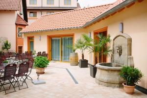"""Einladend: Das """"Landhaus"""" im mediterranen Garten. - Foto: Logis-Pfalzhotel Asselheim"""