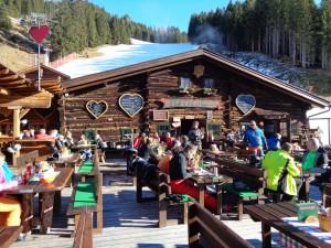 Die Burgstall-Hütte ist bekannt für ihre kulinarischen Köstlichkeiten und für zivile Preise. - Foto: Dieter Warnick
