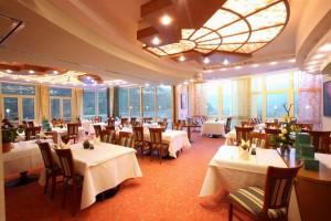 """Das Restaurant bietet vielen Gästen Platz und ist lichtdurchflutet. - Foto: Logis-Hotel Landhaus """"Am Hirschhorn"""" Wilgartswiesen"""