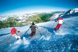 Am Hintertuxer Gletscher sorgen DJs und Live-Acts für jede Menge Stimmung; und der Schnee ist bis in den Mai hinein in einem perfekten Zustand. - Foto: Tourismusverband Tux-Finkenberg