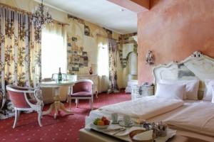 Liebevoll eingerichtete Zimmer im Hotel Tyrol in Seefeld. Foto: MM One Group