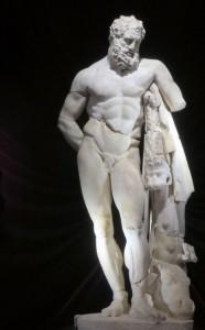 Herakles oder Herkules ist einer der bedeutendsten und zugleich beliebtesten Heroen des Altertums, der im römischen Reich verehrt und zum Staatskult erhoben wurde. Im Archäologischen Museums von Antalya wird seine Person in vielen Größen und Materialien präsentiert.