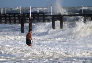 Es tost das Meer; aber auch nur an einigen Wintertagen. Meist ist es weniger aufgewühlt und dann ist es weitaus ungefährlicher zu baden.