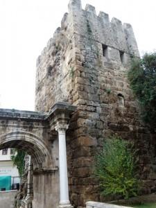 Das Hadrianstor ist der einzige erhaltene Einlass zur antiken Stadt von Antalya und zum Hafen. Links und rechts vom Tor verlief die Stadtmauer.