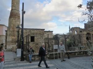 Ein Teil des Minaretts steht noch, ansonsten sind nur noch Reste einer Moschee vorhanden.