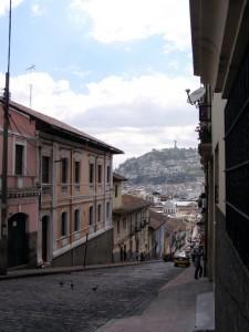 Quito, die Hauptstadt von Ecuador, liegt 20 Kilometer südlich des Äquators in einem 2850 m hohen Becken der Anden und ist somit noch vor der bolivianischen Hauptstadt Sucre die höchstgelegene Hauptstadt der Welt. Sie ist mit rund 2,2 Millionen Einwohnern nach Guayaquil die zweitgrößte Stadt des Landes.