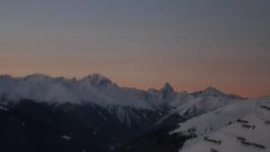 Die Sonne geht auf in den Bergen um Davos.