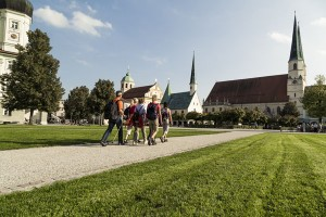 """Altötting zählt zu den bedeutendsten Marienwallfahrtsorten Europas und da Klöster und das Brauhandwerk seit jeher eng miteinander verbunden sind, hat die Region im Jubiläumsjahr eine eigene """"Bier-Wallfahrt"""" kreiert. - Foto: Altötting/Inn-Salzach-Tourismus"""