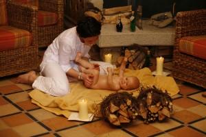 Ausgebildete Kinderbetreuer(innen) kümmern sich professionell um Babys schon ab dem siebten Lebenstag. Sogar Baby-Ayurveda wird angeboten. - Foto: Leading Family Hotel & Resort Alpenrose