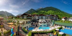 Die überaus großzügige Hotelanlage bietet in den Sommermonaten Abwechslung von den frühen Morgenstunden bis zum Sonnenuntergang. - Foto: Leading Family Hotel & Resort Alpenrose
