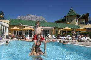Im Kinder-Erlebnisbad mit mehreren Pools kommt natürlich Freude auf. - Foto: Leading Family Hotel & Resort Alpenrose