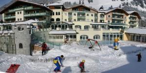 """""""Zwergerl""""-Skikurse finden direkt am Haus statt, auf dem leicht abfallenden Dach der Tiefgarage. - Foto: Leading Family Hotel & Resort Alpenrose"""