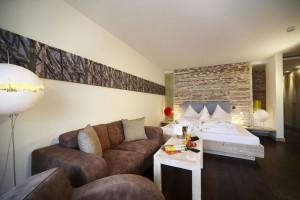 Die Wellness Suite besteht u.a. aus Wohn-Schlaf-Raum, Kinderzimmer mit Stockbett, Bad mit Whirlwanne und einem Kinderwaschtisch. - Foto: Leading Family Hotel & Resort Alpenrose
