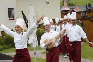 Die Küchenbrigade hat alles im Griff und bereitet jeden Tag ganz besondere Leckerbissen zu. - Foto: Leading Family Hotel & Resort Alpenrose