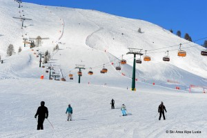 Mit breiten und nicht allzuschweren Pisten punktet das Skigebiet Alpe Lusia vor allem bei Familien. - Foto: Skiarea Alpe Lusia