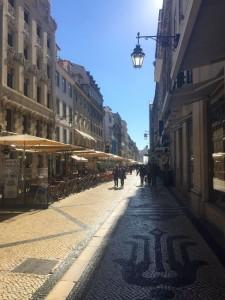 Eine der Einkaufsstraßen in der Altstadt von Lissabon.