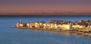 Abendstimmung über Piran; die Alpen scheinen zu glühen. – Foto: Tourismusverband Portorož