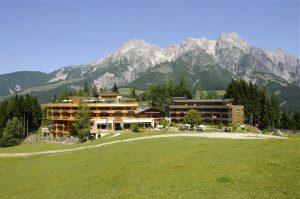 Herrlich inmitten der Bergwelt gelegen: das Holzhotel Forsthofalm. – Foto: Holzhotel Forsthofalm
