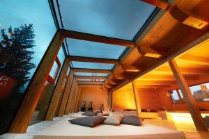 Im Ruheraum hat der Gast einen ungetrübten Blick in den Himmel. - Foto: Holzhotel Forsthofalm
