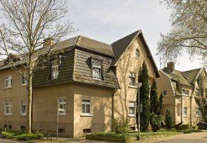 Eine Eckbebauung in der nach englischen Vorbild gestalteten Gartenstadt Lohberg.